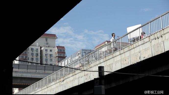 歌手李笋天桥上拍摄