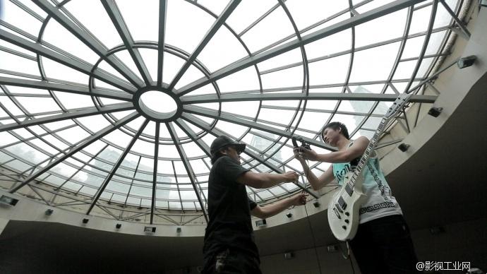 吉他手杨云翔世贸天阶停车场拍摄