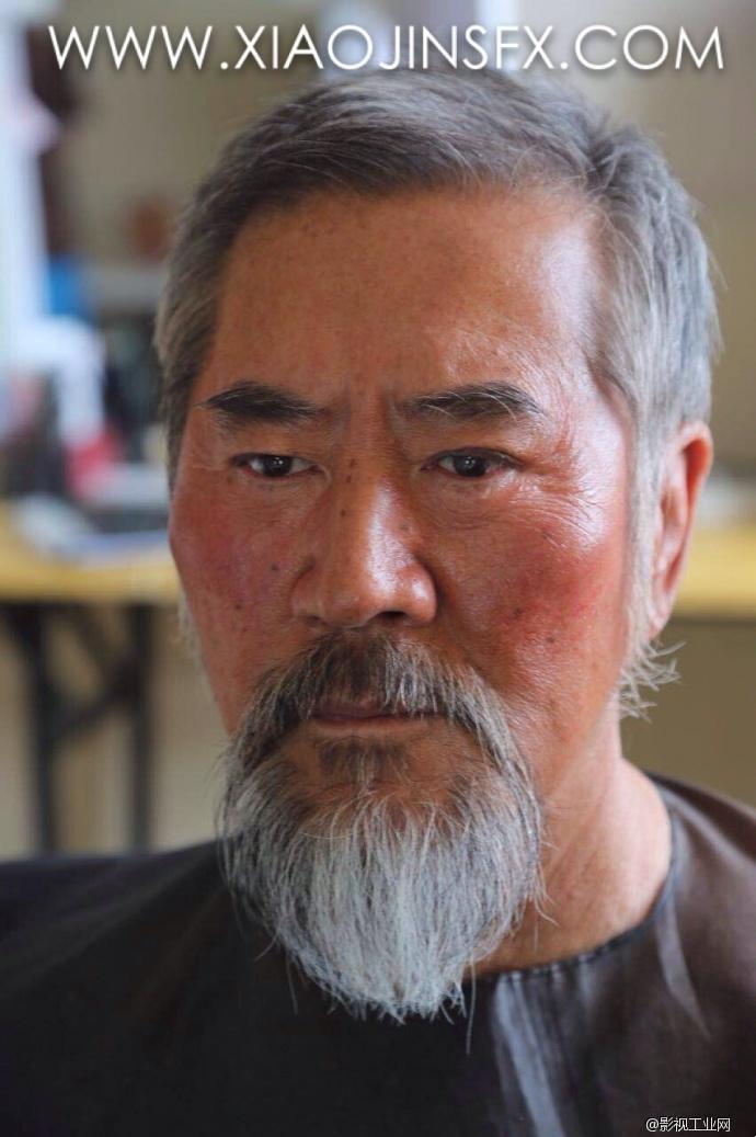 特效化妆的变化从出场时的正常健康肤色红润的蒙古老人 ,到儿子巴图