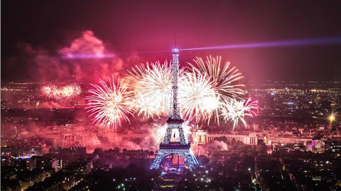 巴黎埃菲尔铁塔在绚丽的烟花和多彩的灯光下