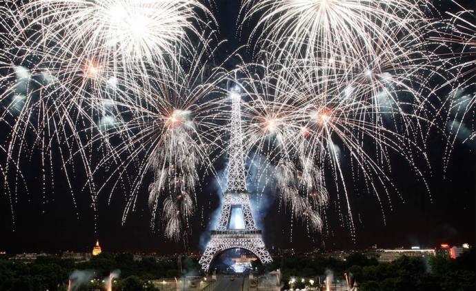 巴黎埃菲尔铁塔在绚丽的烟花和多彩的灯光下,在29首世界流行迪斯科