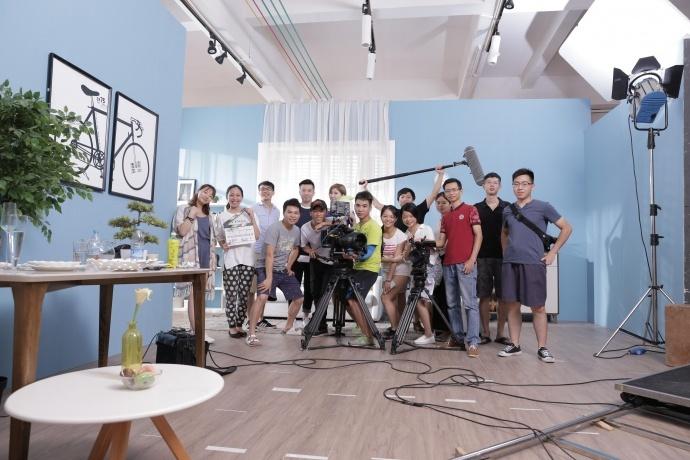 这一次的拍摄是广州新片场文化传媒有限公司和林氏木业第一次合作拍摄家居产品短片。所有的场景全部是室内影棚搭实景拍摄,团队在接到这个项目的拍摄需求时,甲方要求我们两个星期之内确定好演员,帮他们共同设计场景。并且拍摄的时间只有3天,因为他们的影棚需要腾出来拍摄别的产品。于是我们火急火燎的一个星期内准备好了所有的前期拍摄准备!