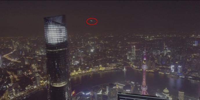 【开眼界】航拍上海中心结果拍到UFO!你来猜猜这到底是啥?