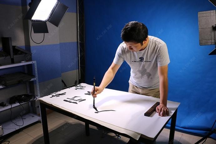 青年书画家:李澎来我司演播室录制书法课程