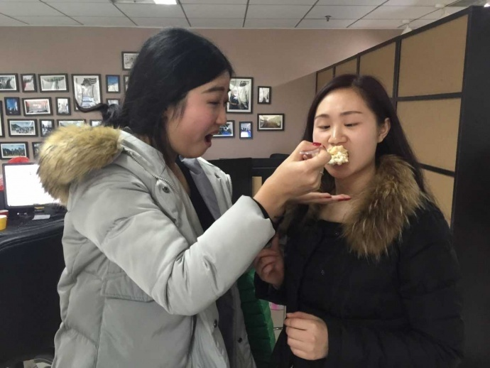 生日蛋糕,吉他演唱,浪漫节日——贵州省多彩贵州影业有限公司的日常