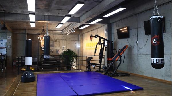 300平米毛坯房、8天打造现代科技感——揭秘《绝命护卫》美术组置景全流程