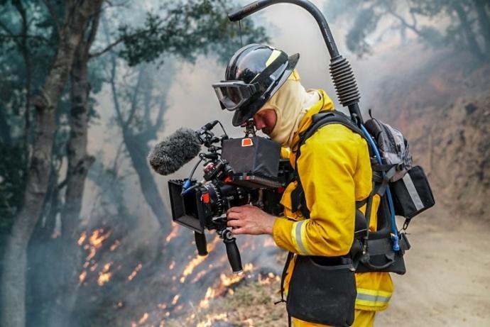 当摄影师不仅要能上天入地,还能下得火场