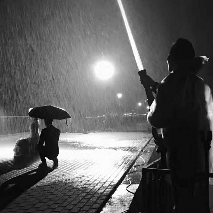松下视频作品《痒》创作幕后采访—— 一曲悠歌飘散,深雨伞下,夜魅动荡不安