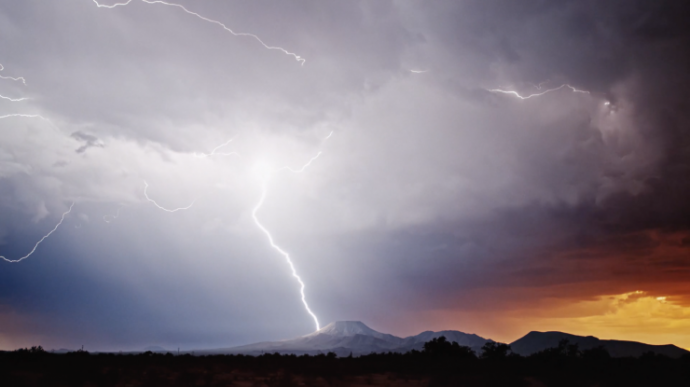 他跑了32000公里追随狂风暴雨,以每秒1000帧记录了人所未见的闪电