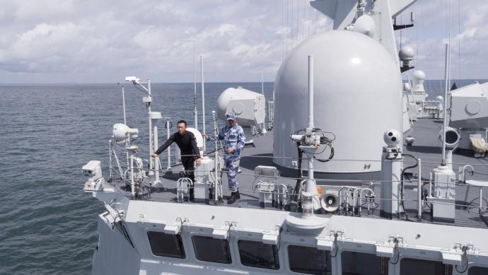 操控着42KG的大家伙航拍军舰是一种什么体验?--《红海行动》航拍团队专访